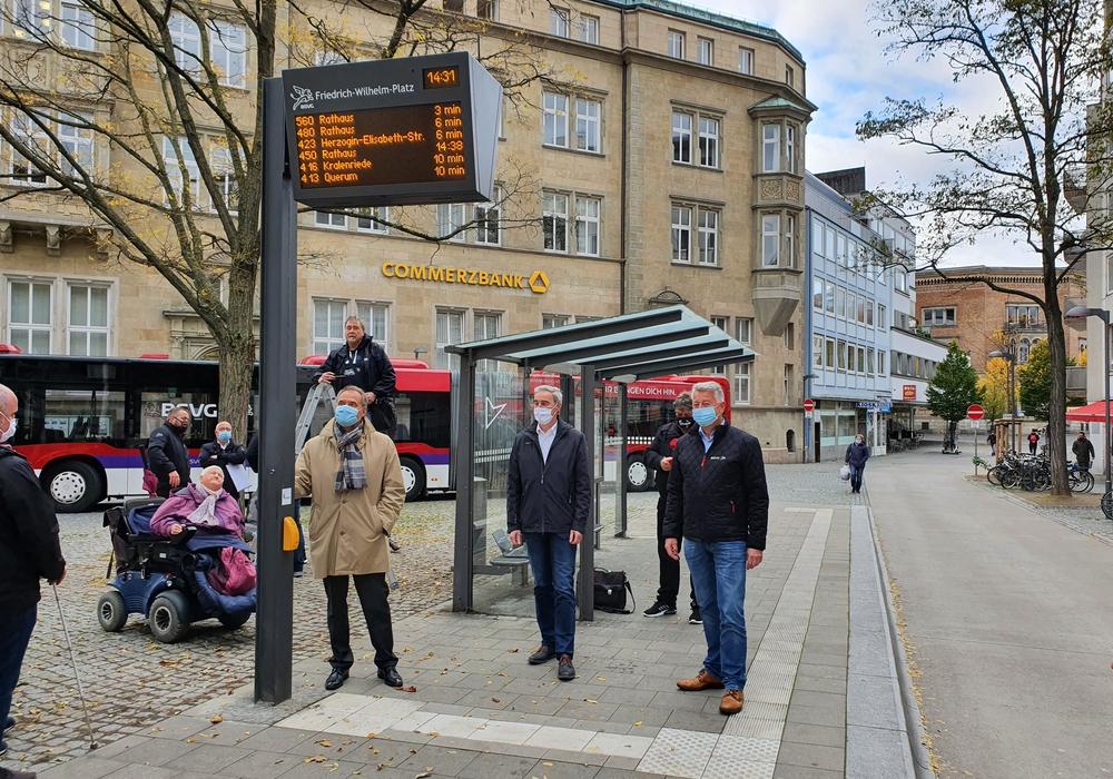 Oberbürgermeister Ulrich Markurth (von links), Verbandsdirektor Ralf Sygusch und BSVG-Geschäftsführer Jörg Reincke präsentieren den ersten neuen Echtzeit-DFI-Anzeiger.