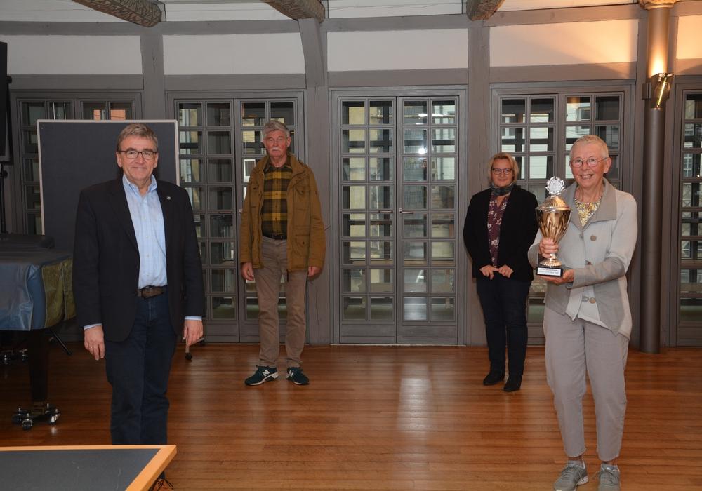 Alle auf Abstand: Im Ratssaal trafen sich (von links) Bürgermeister Thomas Pink, Peter Hausen, Corina Bornecke und Gabi Schumpe, die neue Titelträgerin.