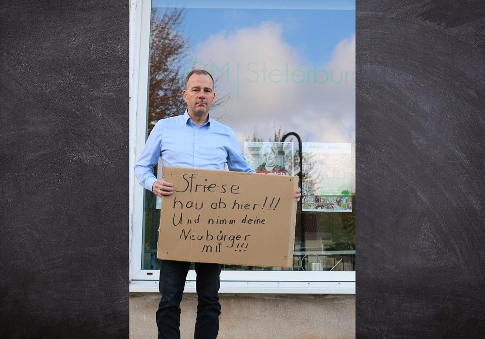 Dieses Schild wurde vor dem Büro von Ortsbürgermeister Christian Striese angebracht.