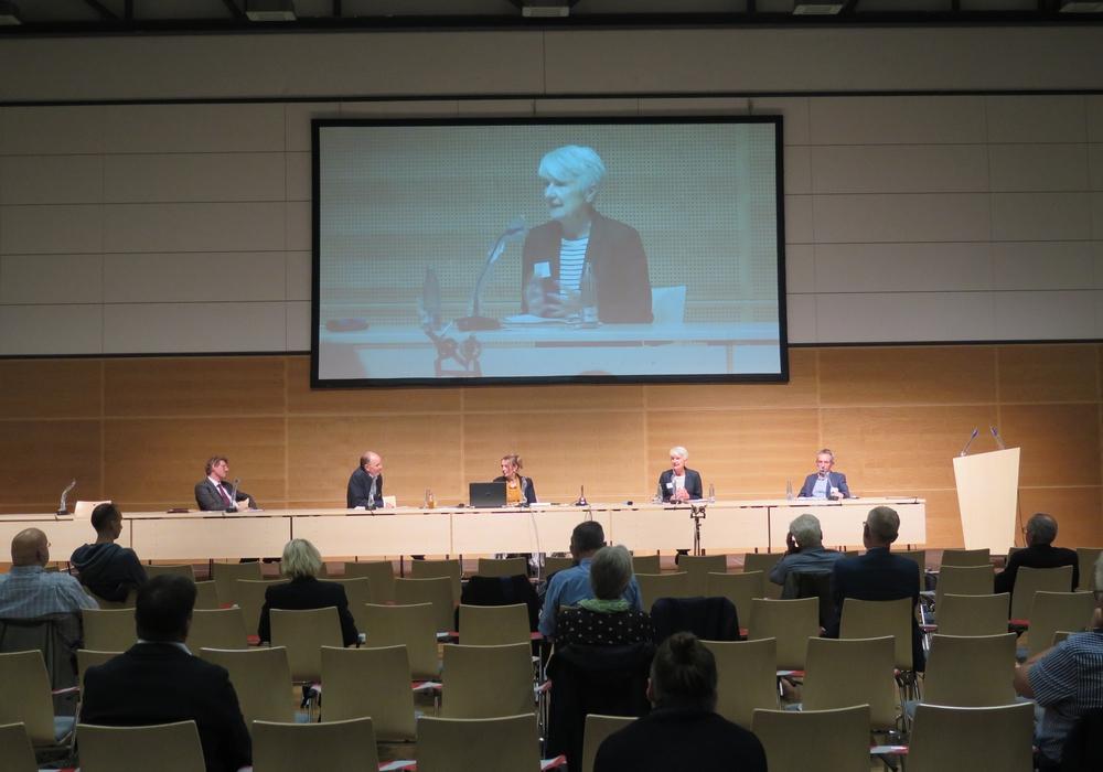 Landrätin Christiana Steinbrügge während der Plenumsdiskussion.