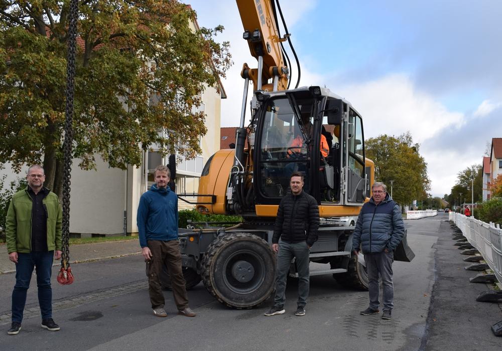 Manfred und Carsten Kreie (von rechts) von der ausführenden Firma Kreie Baumanagement GmbH stehen mit ihren Mitarbeitern und dem Bagger in den Startlöchern. Zum Auftakt der Baustelle schauen Mathias Brand (von links), Fachdienstleiter Tiefbau, sowie Sachbearbeiter Thomas Janeck in der Bromberger Straße vorbei.