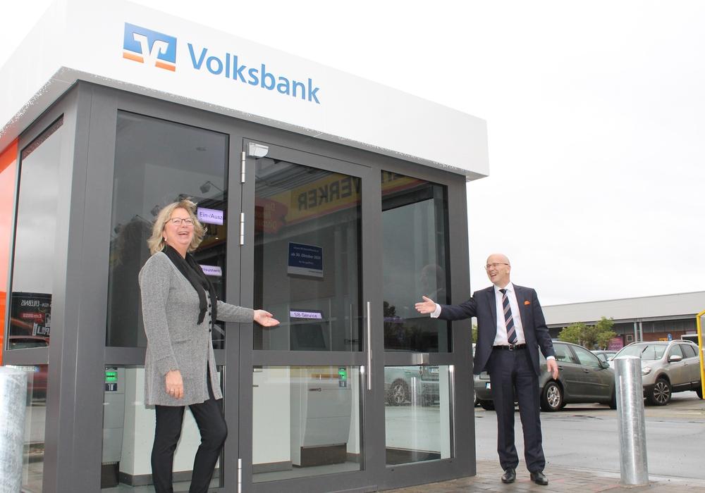 Eröffnet! Stefan Honrath, Leiter der Direktion Peine, und Ute Müller, Filialleiterin in Stederdorf, freuen sich über den neuen Volksbank BraWo SB-Kubus auf dem Parkplatz vor tedox und Dänischem Bettenlager.