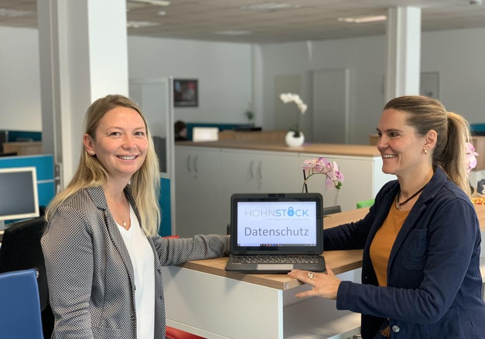 Cindy Lutz, Kreisvorsitzende MIT Wolfsburg (links) und Svenja Hohnstock, Geschäftsführerin der Hohnstock GmbH (rechts).