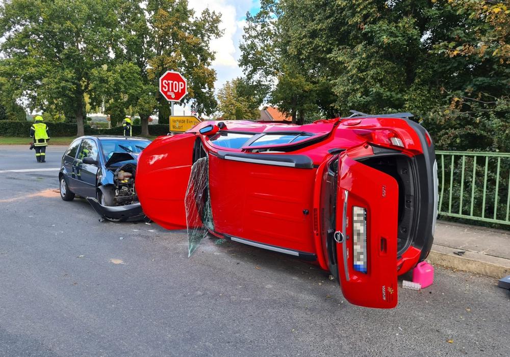 Der Opel wurde auf die Seite geschleudert.