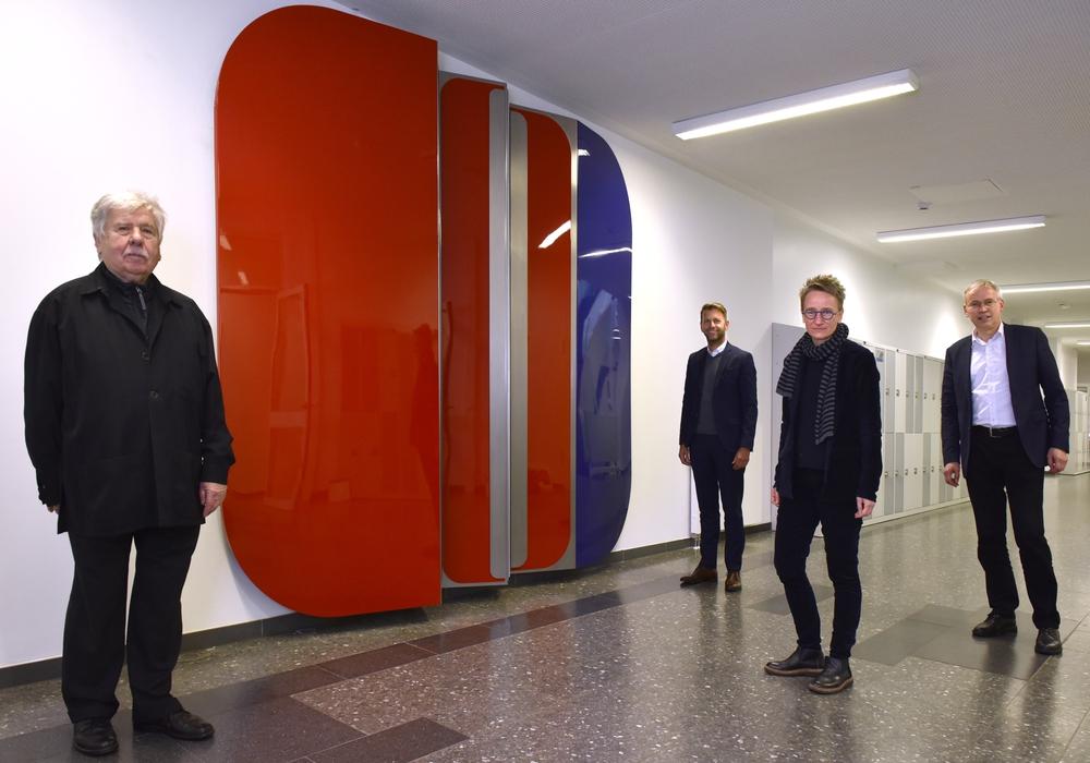 Von links: Künstler Gerd Winner, Erster Stadtrat Dennis Weilmann, Stellv. Schulleiterin THG Sandra Luft, Stadtbaurat Kai-Uwe Hirschheide.