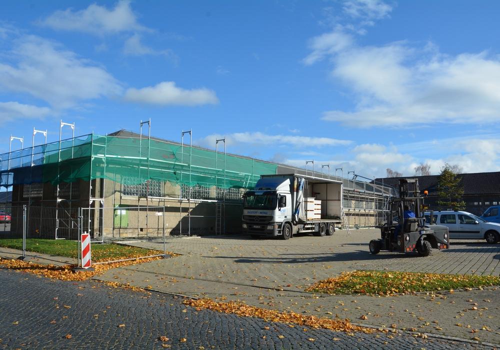An der denkmalgeschützten Halle AE37 wird schon kräftig gearbeitet. Zuerst bekommt sie ein neues Dach mit Schieferdeckung.