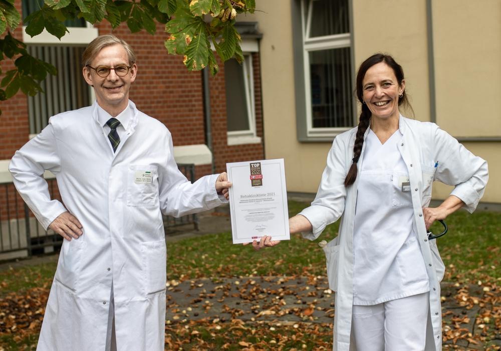 PD Dr. Matthias Görnig, Chefarzt der Geriatrie und Dr. Silvia Varotto, leitende Oberärztin der Geriatrie, bei der Übergabe der Auszeichnung zur Top-Rehaklinik in Deutschland.