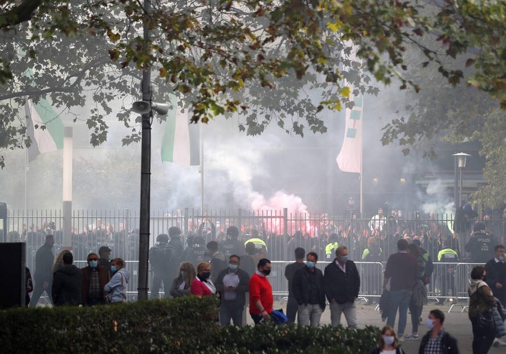 Die Hannoveraner Fans zünden nach dem Derby Pyro-Technik außerhalb der HDI Arena in Hannover.