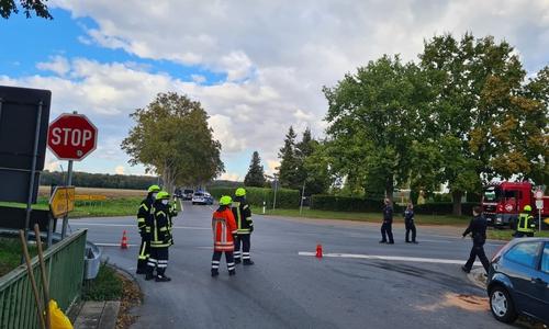 Die Kreuzung musste für die Maßnahmen und die Unfallaufnahme voll gesperrt werden.