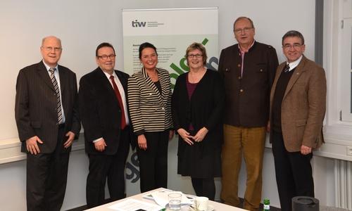 TIW-Vorstand und Geschäftsführung auf einem Foto vor Corona (von links): Prof. Dr. Wolf-Rüdiger Umbach, Winfried Pink, Carola Weitner-Kehl, Prof. Dr. Rosemarie Karger, Paul-Werner Huppert und Thomas Pink.