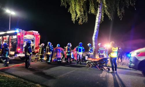 Die Feuerwehr befreite den Fahrer.