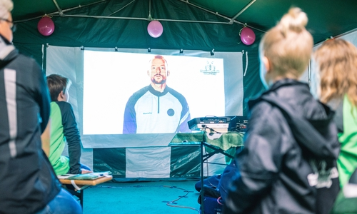 Die Kinder können in dem Camp mehr über Fußball erfahren.