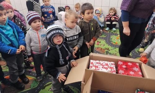 Die Geschenke werden an bedürftige Kinder ausgegeben.