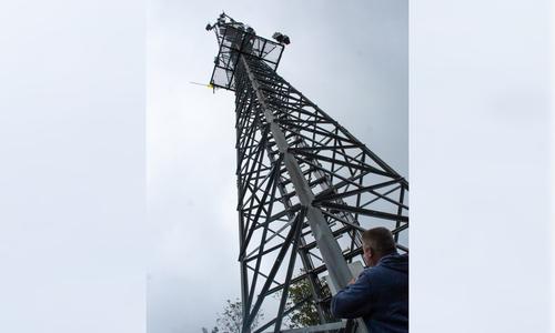 Muskelkraft und Teamgeist schafften diesen alten Hochspannungsmast auf den Steinberg, der von vielen Stellen in Goslar zu sehen ist. Seit den 80er Jahren nutzt Vodafone (damals noch D2) den Mast erbenfalls.