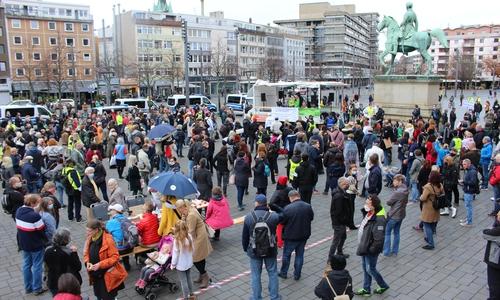 Rund 500 Menschen nahmen an der Kundgebung auf dem Schloßplatz teil.