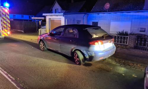 Der Unfallfahrer rammte erst ein parkendes Auto und fuhr dann in eine Mauer.