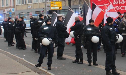 Solche Reichsflaggen wie hier auf einer NPD-Demo 2018 in Salzgitter sind auch auf der Braunschweiger Kundgebung grundsätzlich erst einmal erlaubt. Archivbild.
