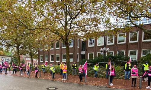 Die Teilnehmer bildeten eine Menschenkette um das Rathaus.