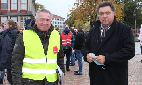 Klaus Kühle, Personalrat Landkreis Wolfenbüttel und der stellvertretende Landrat Uwe Schäfer begleiteten den Streik.