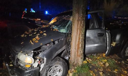Die Fahrerseite des Autos wurde bei der Kollision eingedrückt.