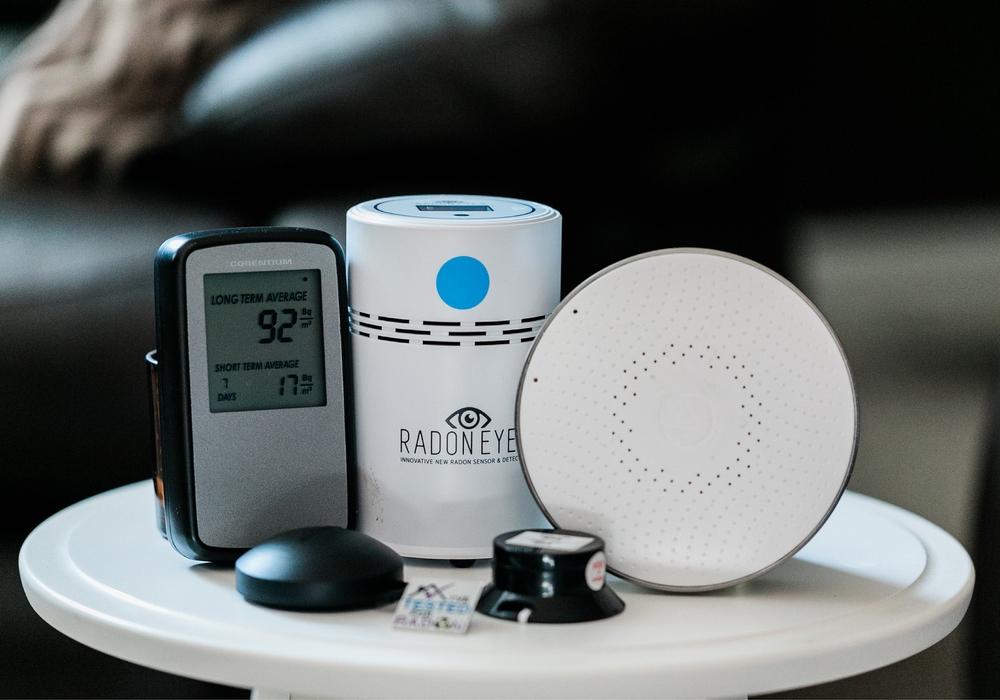 Auch durch einen Radonmonitor kann man alternativ die Belastung messen.