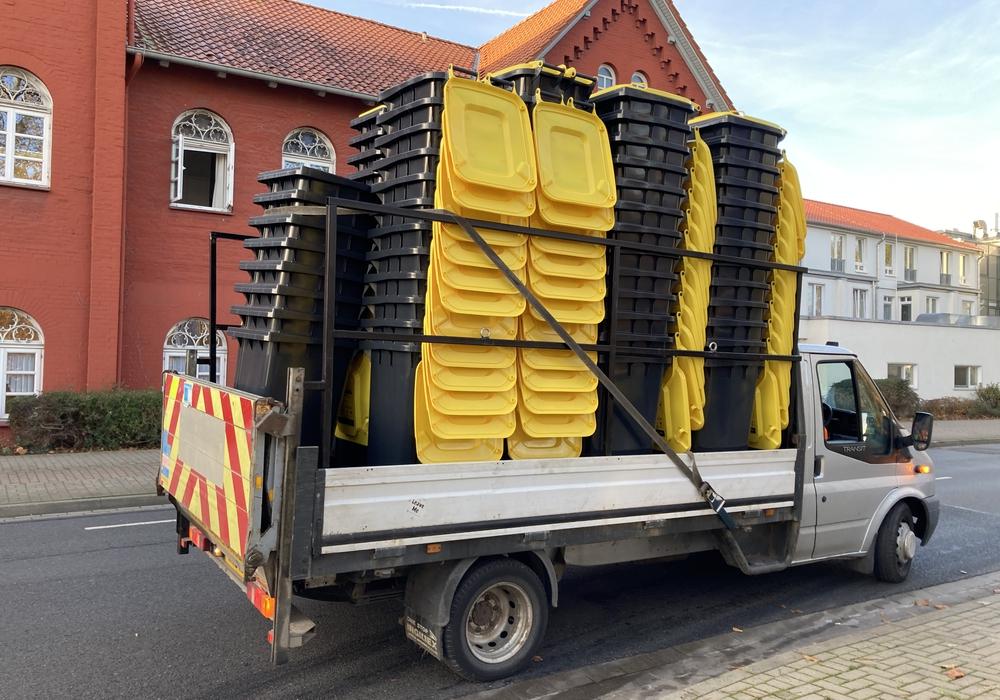 Am Schulwall werden die Gelben Tonnen ausgeliefert.
