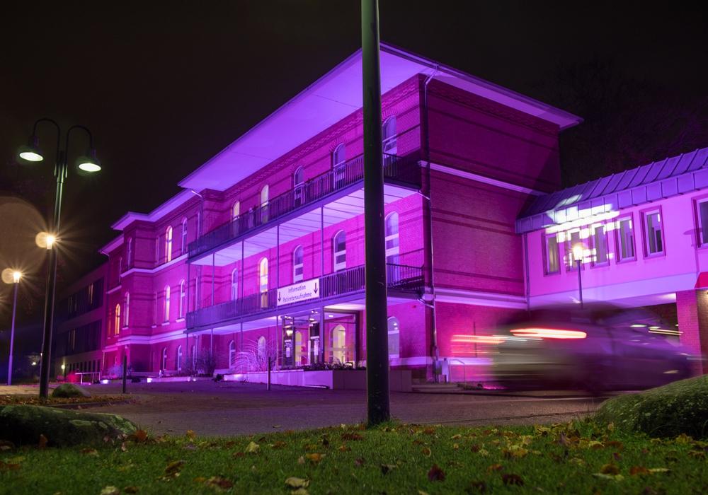 Der Standort Celler Straße wurde am Welt-Frühgeborenen-Tag für vier Stunden violett beleuchtet.