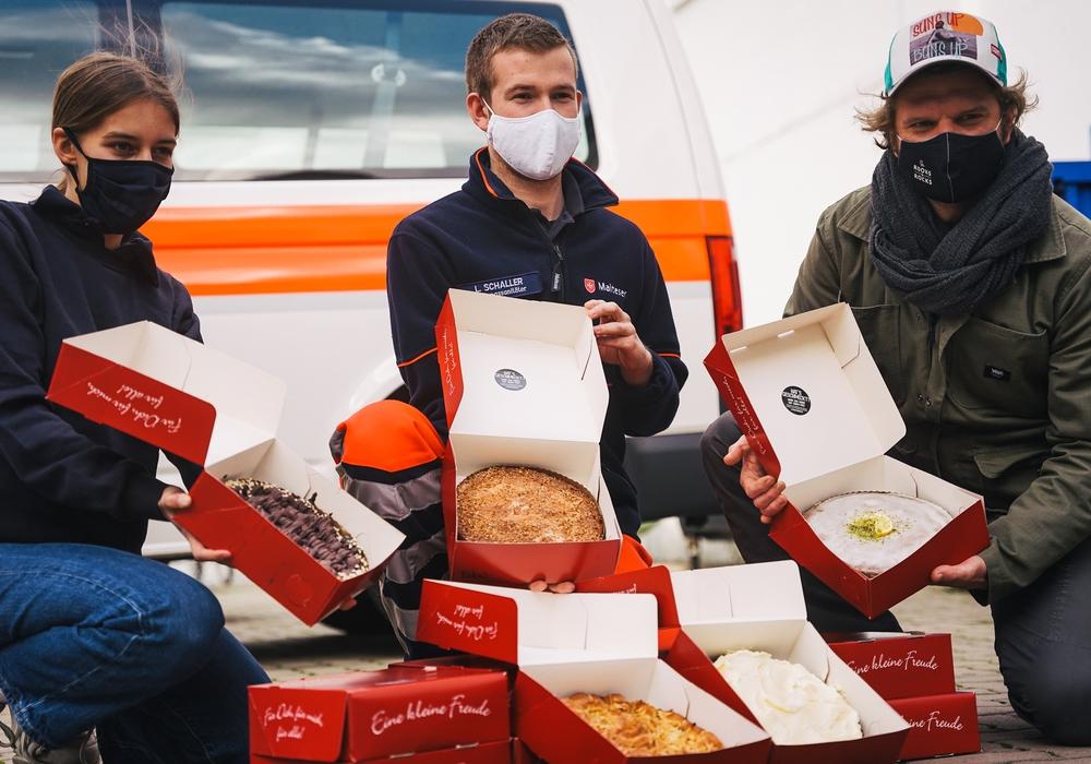 Die Malteser Braunschweig freuen sich über die Tortenlieferung. Rechts im Bild (auf dem Trio-Foto) ist Initiativen-Vorsitzender Fabian Haars.