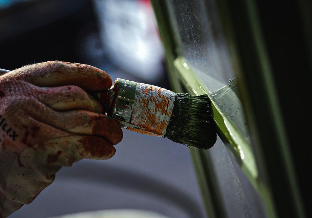 Maler und Lackierer sind auch in Pandemiezeiten stark gefragt. Jetzt sollen sie mehr Geld bekommen, fordert die IG BAU.