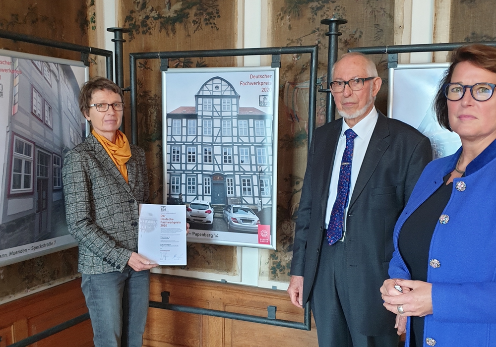 Von links nach rechts: Helmstedts Denkmalpflegerin Doris Noll, Prof. Manfred Gerner und die Geschäftsführerin der Arbeitsgemeinschaft Maren Sommer-Frohms bei der Übergabe des Sonderpreises für das Haus Papenberg 14.