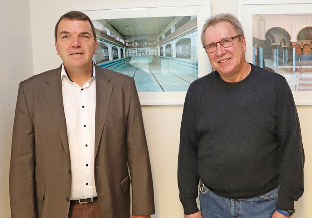 Klinikum-Geschäftsführer Axel Burghardt und Hubertus Mahnkopf bei der Eröffnung der Ausstellung im vergangenen Jahr.