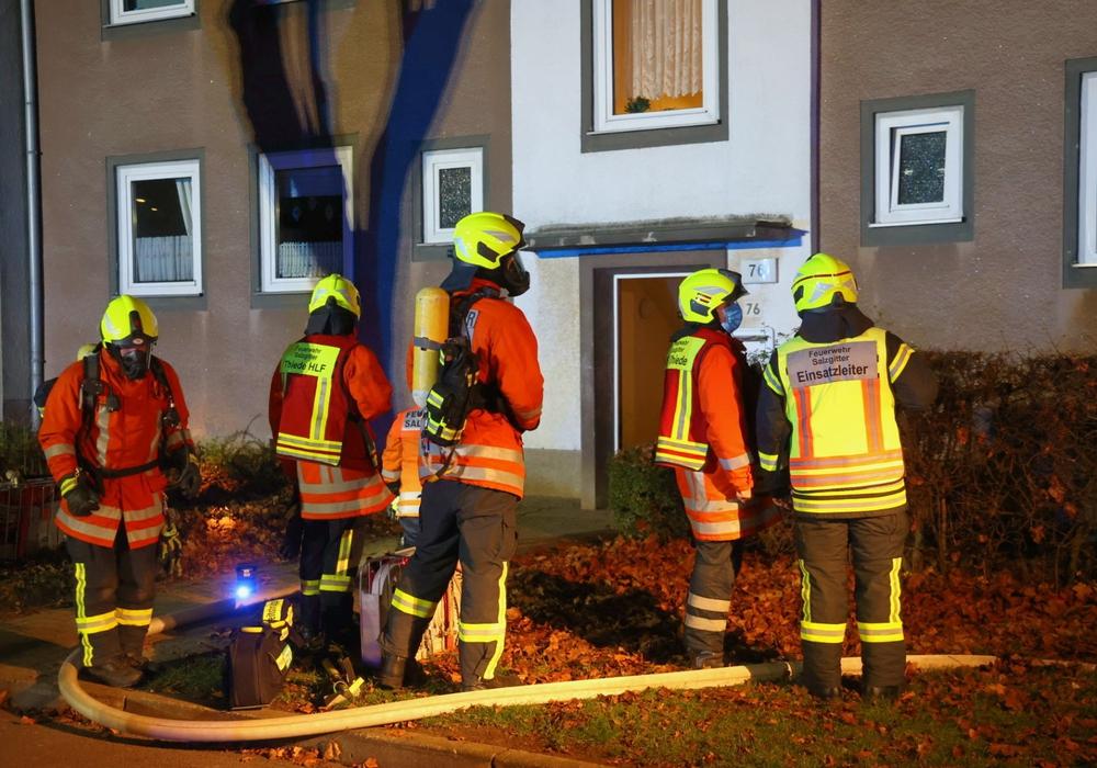 Einsatzkräfte vor dem Mehrfamilienhaus in der Danzinger Straße in Thiede.