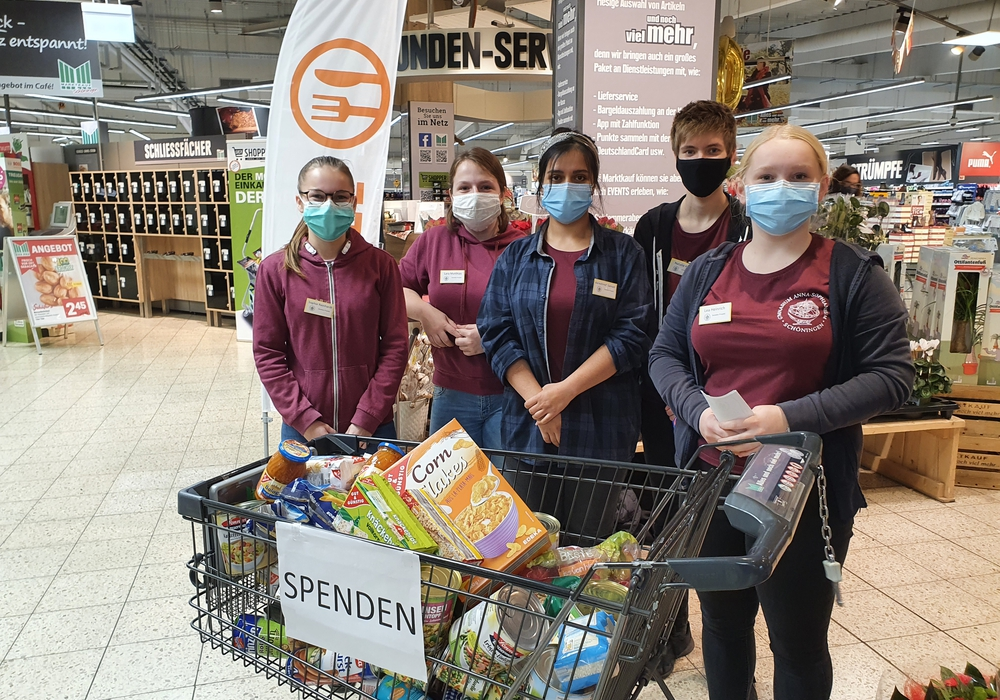Die fünf Gymnasiastinnen beim Sammeln der Spenden im Marktkauf.