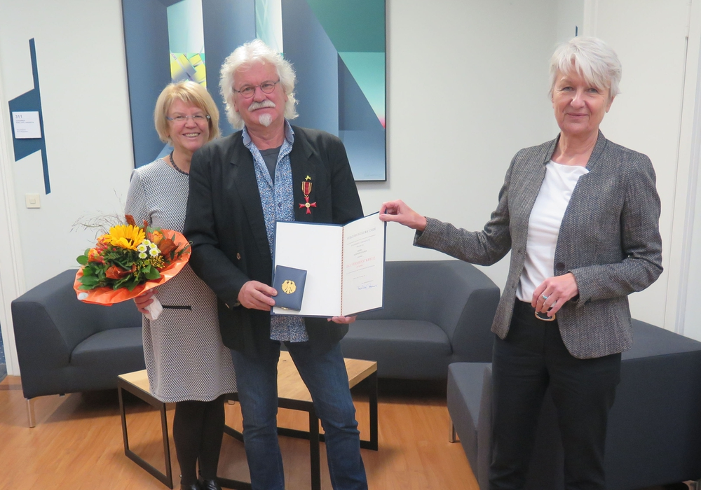 (v.l.n.r.) Gudrun Kramer-Grodd, Manfred Kramer und Landrätin Christiana Steinbrügge bei der Überreichung des Bundesverdienstkreuzes.