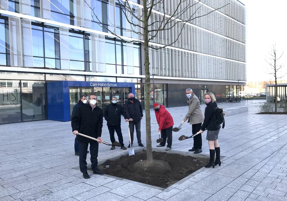 Oberbürgermeister Klaus Mohrs (vorne links) pflanzte mit Vertretern aus dem Sanierungsbeirat, der Politik und aus der Verwaltung einen Lederhülsenbaum.