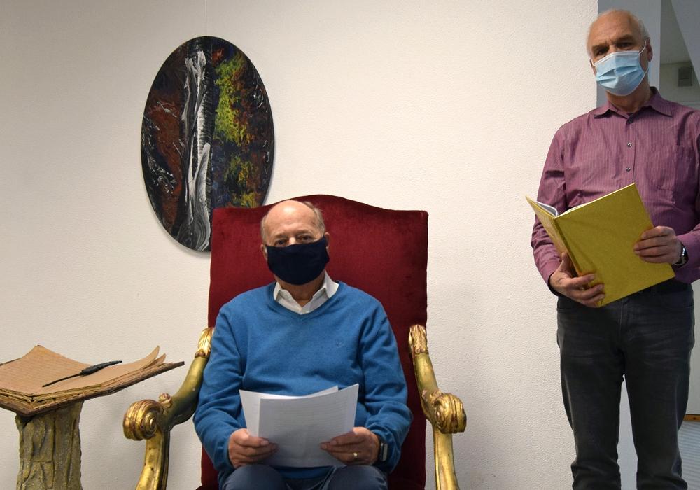 Dieter Kömpel, der Vorsitzende des Seniorenbeirates (sitzend) und Jörg Schumann, Fachgebietsleiter im Fachdienst Soziales und Senioren der Stadt Salzgitter, lesen Weihnachtsgeschichten für den Podcast.