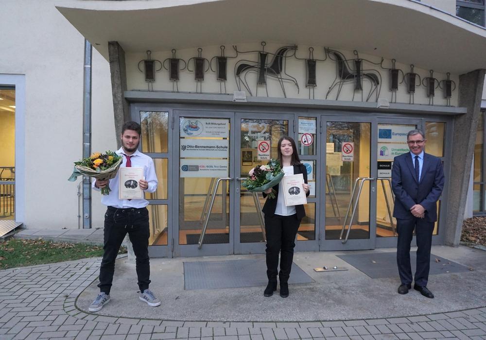 Von links: Preisträger Oliver Seemann, Preisträgerin Chantal Dragon, Schulleiter Klaus Boner.