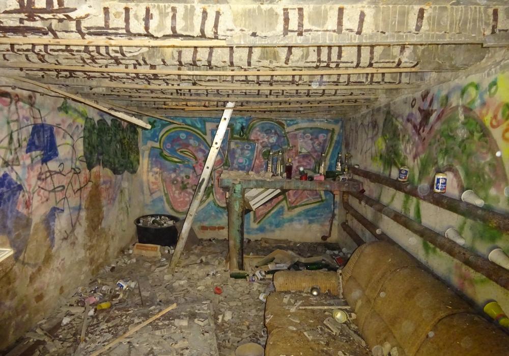 """Hier hatte man offenbar auch ohne Strom, Heizung oder Wasserversorgung Spaß: Bei Sanierungsarbeiten am Jugendhaus OST wurde eine """"Kellerbar"""" entdeckt."""