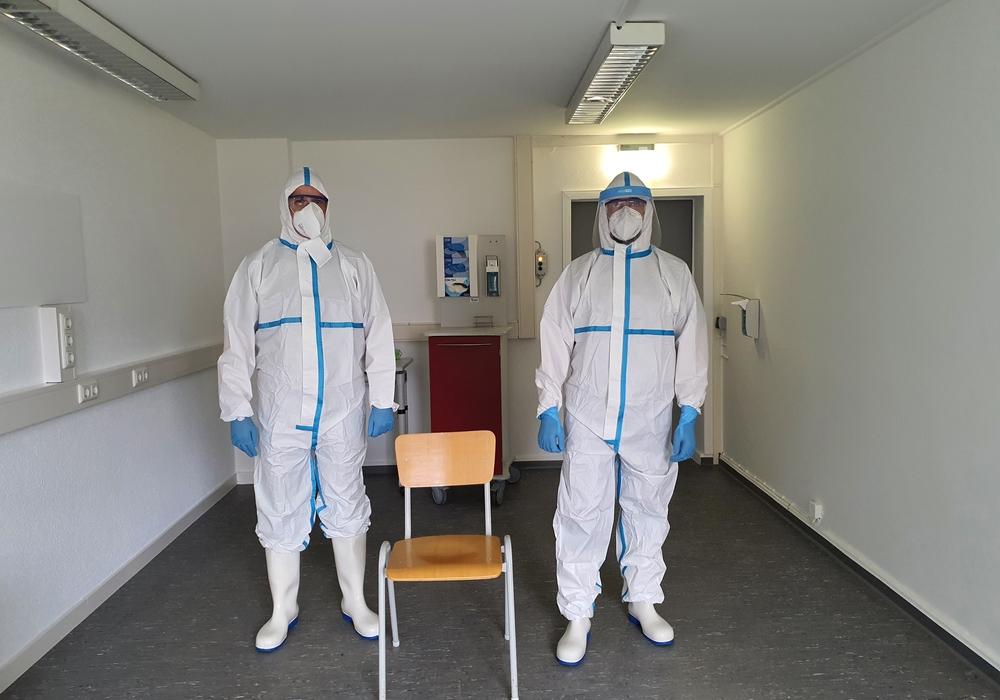 Zwei Mitarbeiter des Gesundheitsamtes im neuen Abstrichzentrum im Ribbesbüttler Weg.