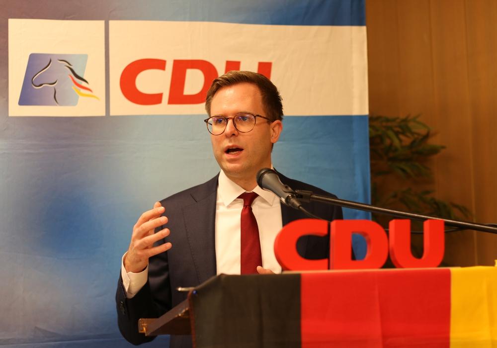 Dr. Adrian Haack informiert über ein neues Bundesgesetz.