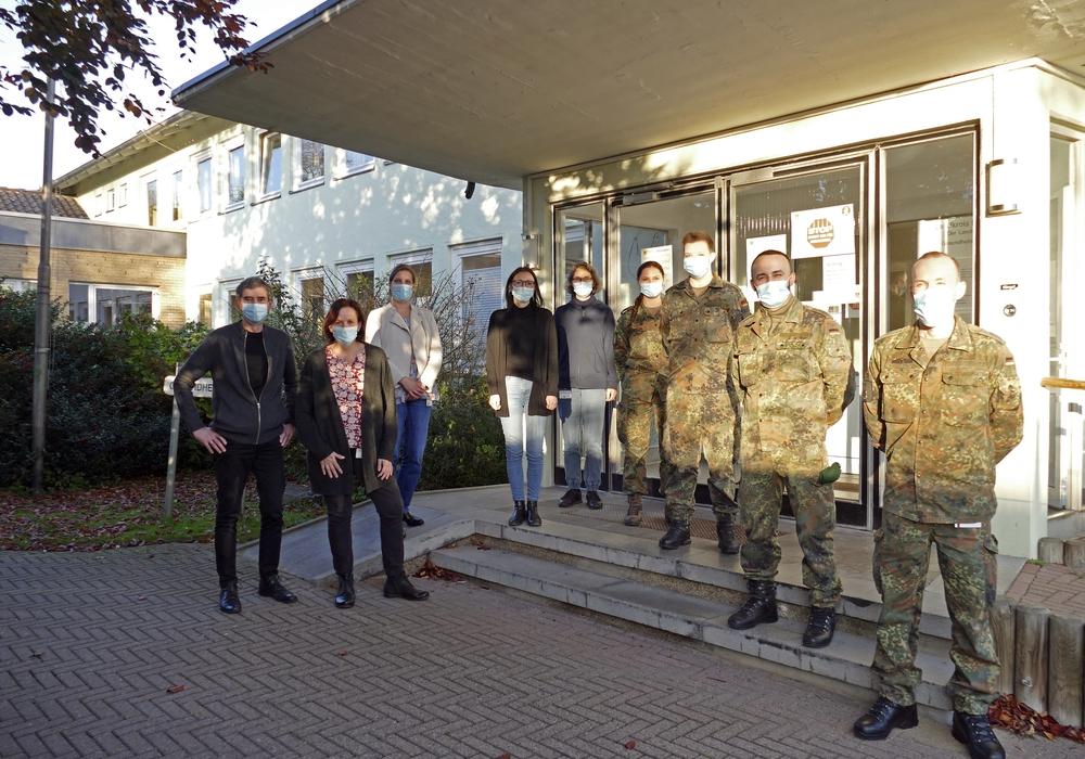 Dr. Agnieszka Opiela, Leiterin des Gesundheitsamtes Peine (Vierte von links), mit Mitarbeiterinnen und Mitarbeitern sowie den vier abgeordneten Soldaten der Bundeswehr.