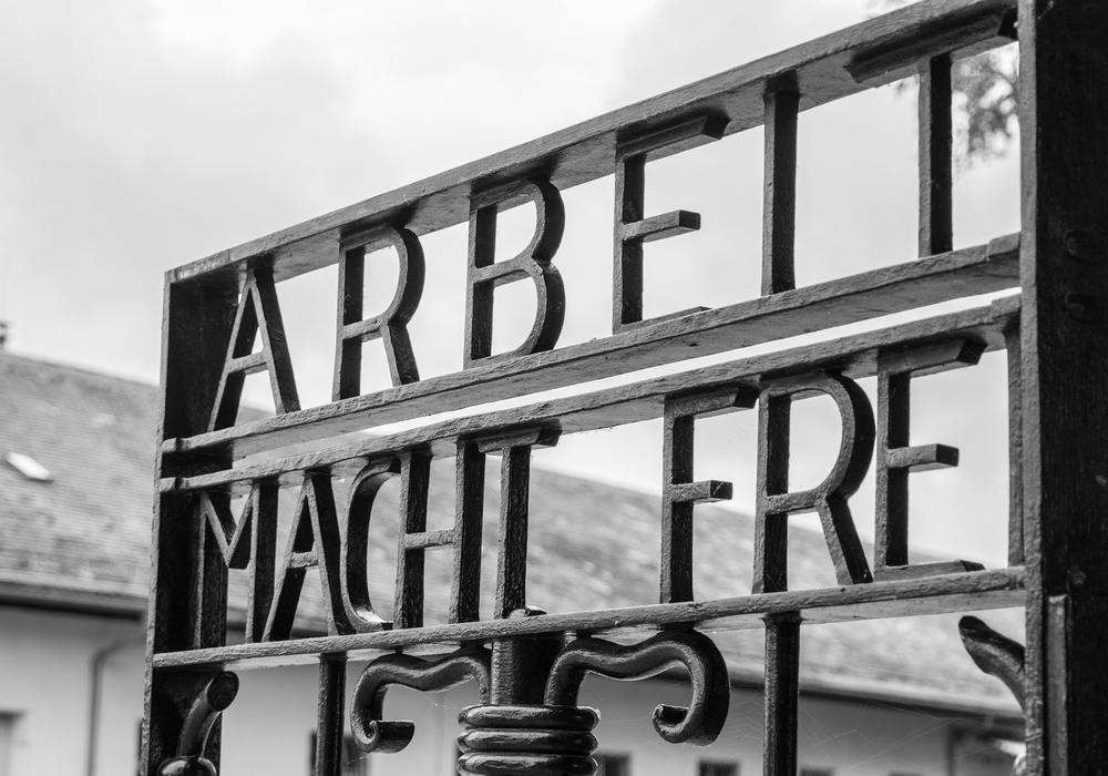 Das Eingangstor des KZ Dachau. Der Schriftzug wurde abgewandelt und im Rahmen eines politischen Beitrags verwendet.
