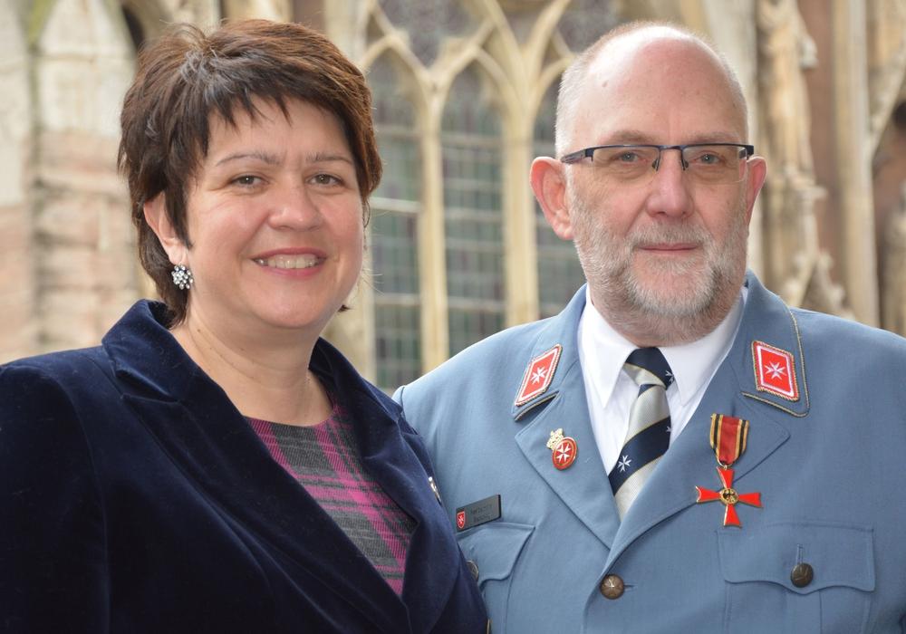 Frisch mit dem Bundesverdienstkreuz ausgezeichnet: Frank Stautmeister mit seiner Frau Katja auf dem Balkon des Altstadtrathauses in Braunschweig.