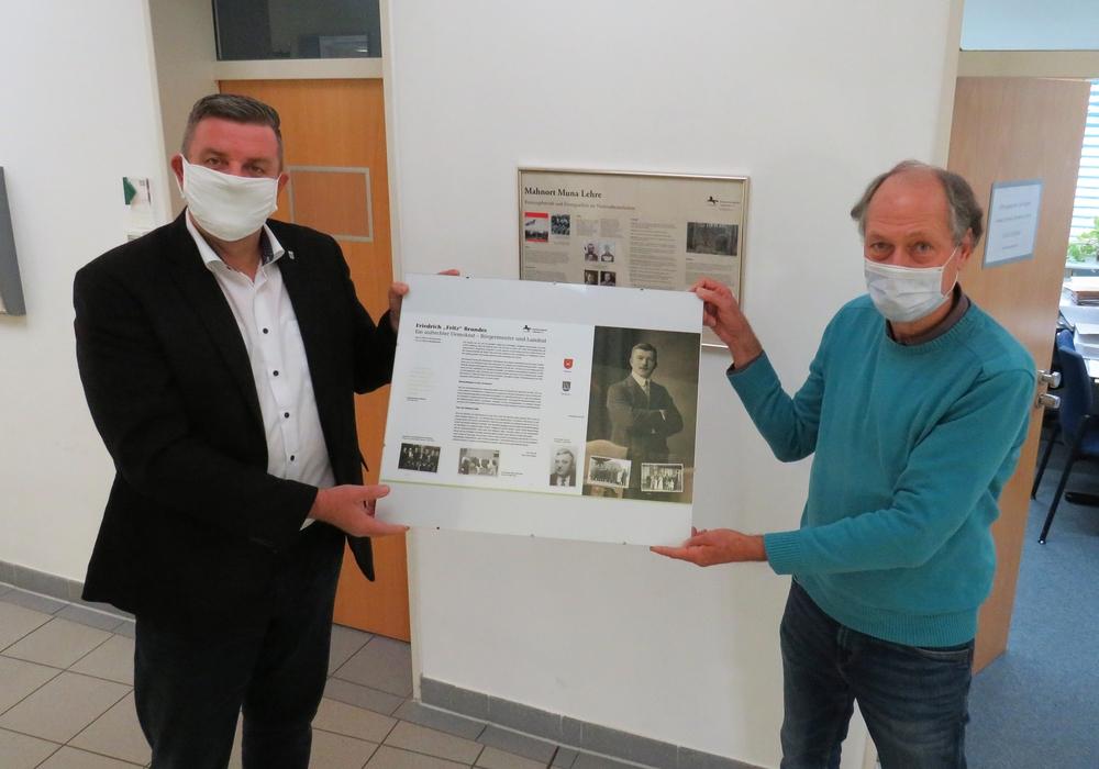 Uwe Otte und Bürgermeister Andreas Busch bei der Übergabe des Gedenktafel-Drucks im Rathaus.