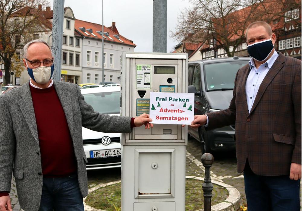 Erster Stadtrat Henning Konrad Otto und Bürgermeister Wittich Schobert machen auf das freie Parken an den Adventssamstagen aufmerksam.