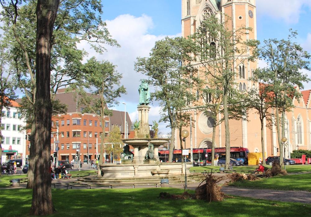 Mehr Bäume und gleichzeitig mehr nutzbare Fläche für Veranstaltungen auf dem Hagenmarkt - Die Entwürfe für die Umgestaltung müssen beides unter einen Hut bringen. (Archivbild)
