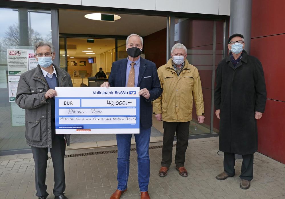 Fördervereins-Vorsitzender Adolf Stöhr (von links) überreichte Klinik-Geschäftsführer Wolfgang Jitschin gemeinsam mit Dr. Peter Schroer und Hans-Hinrich Munzel den Spendenscheck.