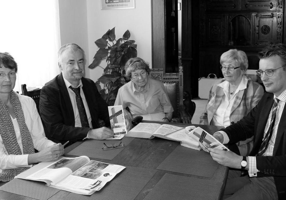 Lieselotte Hauer (Mitte) bei einem Pressetermin 2014 im Rathaus.
