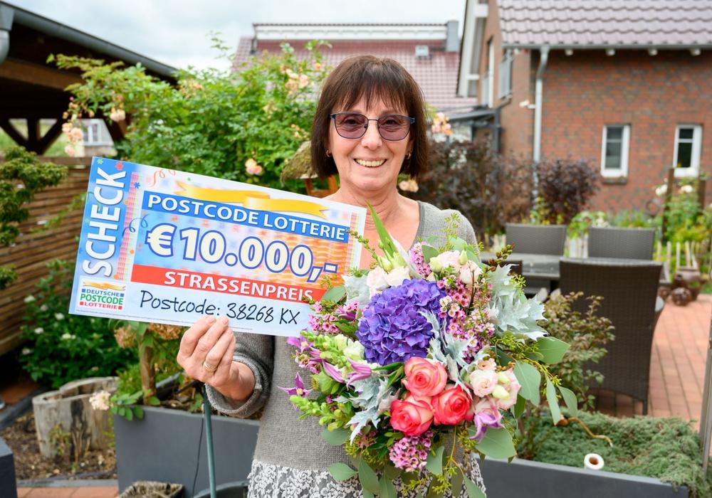 Ingrid freut sich über ihre 10.000 Euro.
