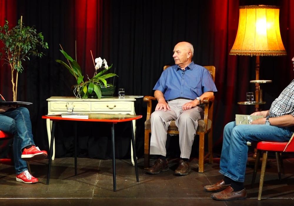 Foto: Aneka Viering (links) im Gespräch mit Autor Helmut Rabsch (Mitte) und Reinhard Försterling